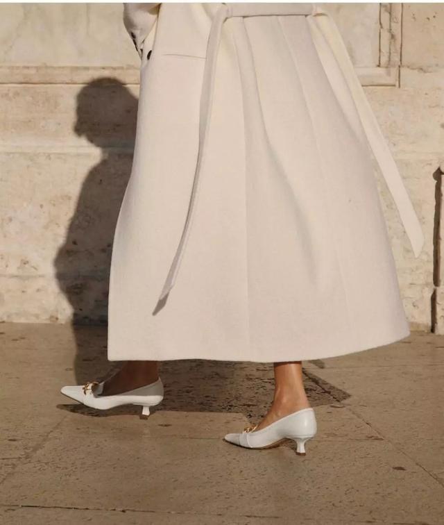 """小白鞋已经""""失宠"""",2020年法式奶奶鞋正当时,这么穿优雅又时髦"""
